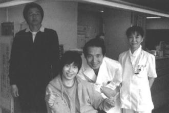意識回復をした石川卓くんと父徹さん (左)。 今明秀と看護師の近藤さん